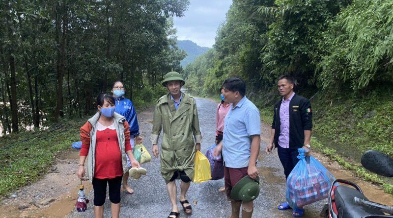 Trung tâm Y tế huyện Ba Chẽ hỗ trợ Trạm Y tế xã trong ngày mưa lũ