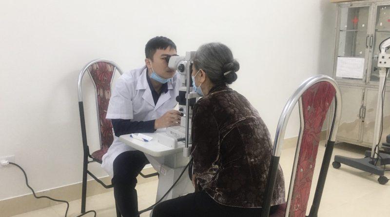 Trung tâm Y tế huyện Ba Chẽ phối hợp khám sàng lọc các bệnh về mắt năm 2021